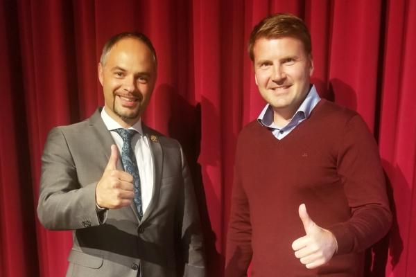 Coach Bernhard Wagner trifft auf CEO von Sanuslife Ewald Rieder.